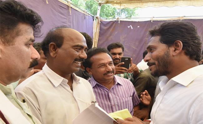Government School Teachers Meet YS Jagan In Praja Sankalpa Yatra - Sakshi