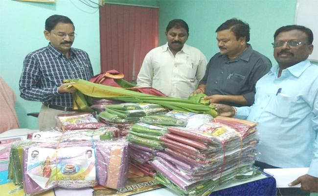 Bathukamma Sarees Distribution In Karimnagar - Sakshi
