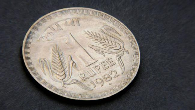 Rupee breaches 72 mark against dollar for the first time ever - Sakshi