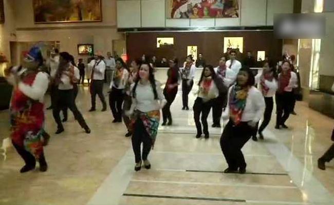 Delhi Hotel Staff Break Into Dance After Section 377 Verdict - Sakshi