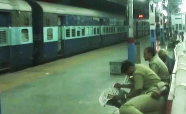 Money Found In Railway Bogie At Nampalli Railway Station - Sakshi