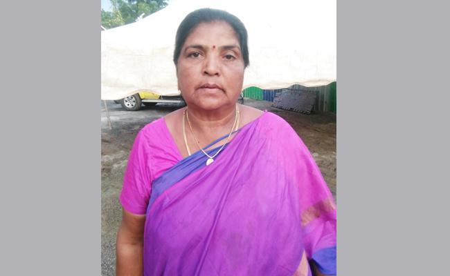 Woman Meet YS Jagan In Praja Sankalpa Yatra - Sakshi