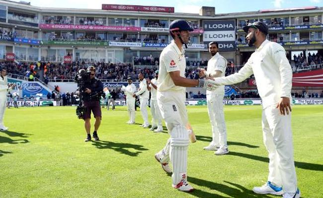 A Guard of Honour for Alastair Cook As He Walked Out To Bat in His Final Test - Sakshi