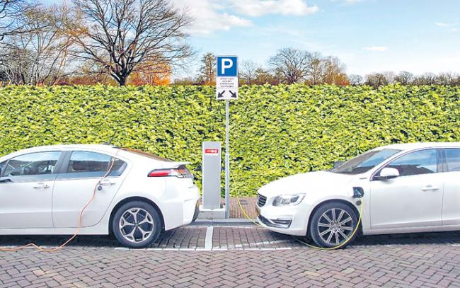 India Proposes a Goal of 15% Electric Vehicles in Five Years - Sakshi
