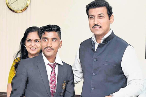 Rajyavardhan Rathore rewards Rs 10 lakh cheque to disqualified athlete Govindan Lakshmanan - Sakshi