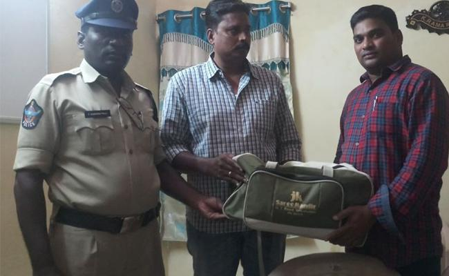 Auto Driver Raju Huanity Bag Return To Passenger - Sakshi