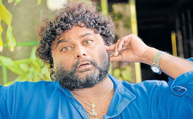 Actor Huccha Venkat Hulchul In Bekery - Sakshi