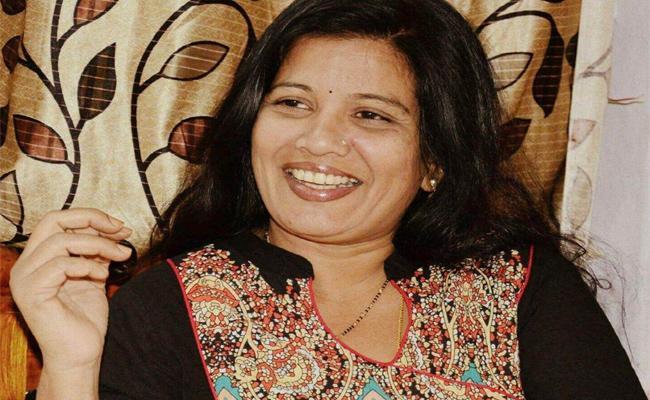 Telangana Folk Singer Sandhya Died With Heart Attack - Sakshi
