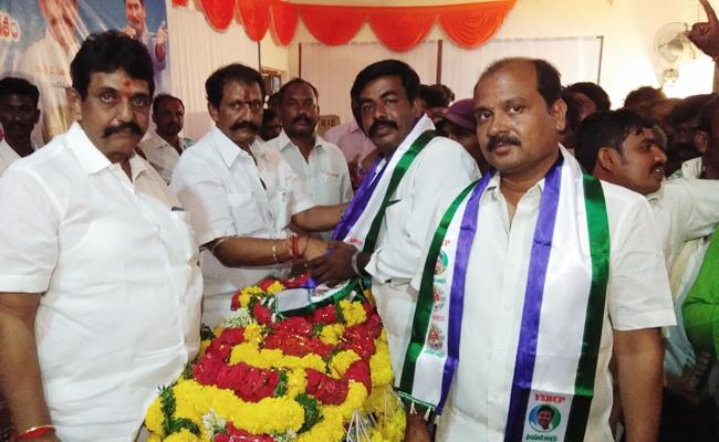 TDP Leaders Join In YSRCP Kurnool - Sakshi