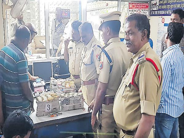 Interest money Mafia was Caught by Railway Police - Sakshi