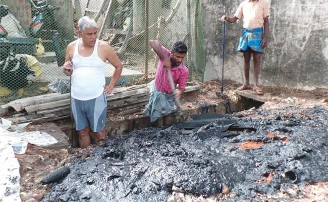Education Minister Cleans Drainage In East Godavari - Sakshi
