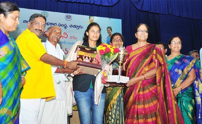 Grand Welcome To Women hockey Team Captain Rajani - Sakshi