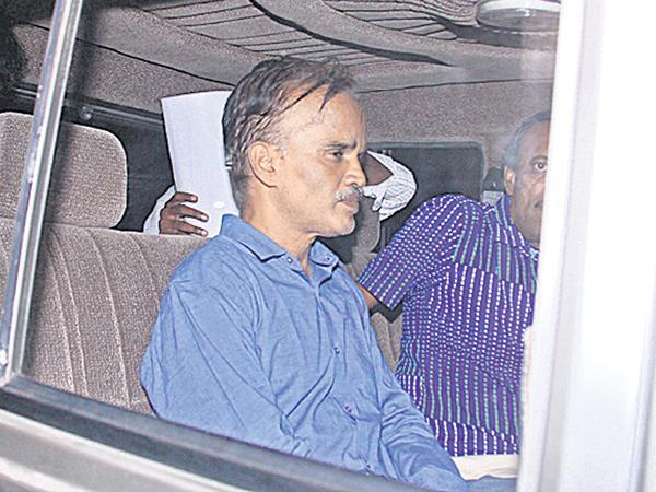 Office For bribes at Tamil Nadu - Sakshi