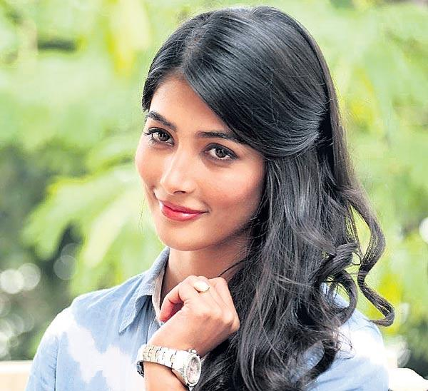 pooja hegde  work on three movies in oneday - Sakshi