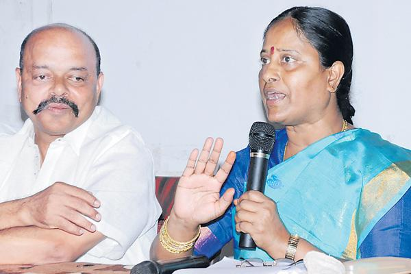 Konda surekha fired on kcr family  - Sakshi