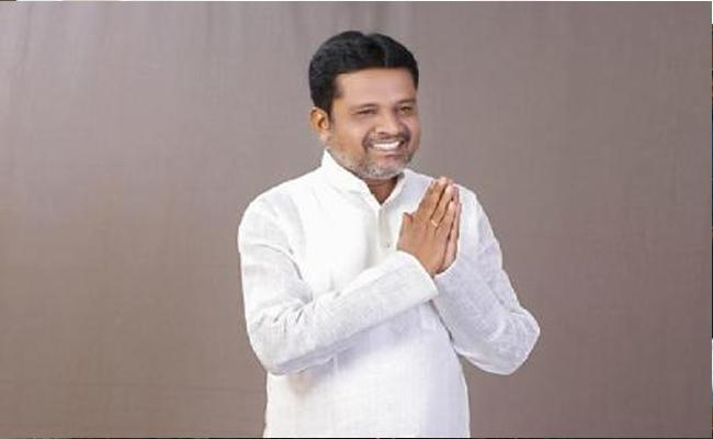 Manthani Ex Sarpanch Satish Slams TRS Ex MLA Putta Madhu - Sakshi