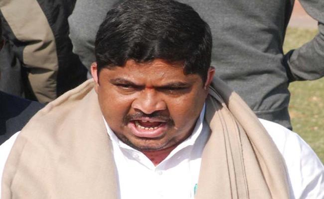 Congress Leader Ponnam Prabhakar Fires On TRS In Karimnagar - Sakshi