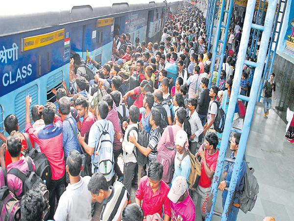 Huge rush at Railway Stations and Bus Stations - Sakshi