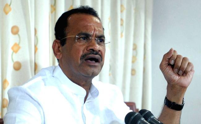 Komatireddy Venkat reddy Slams KCR In Hyderabad - Sakshi