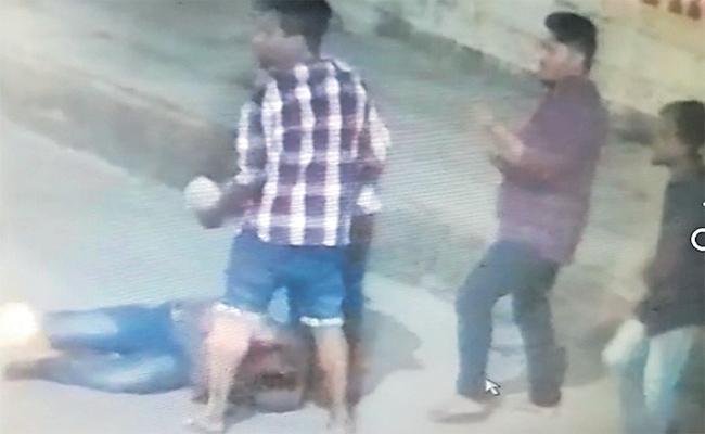 Attempt To Murder on Auto Driver On Road hyderabad - Sakshi