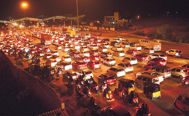 Huge Traffic In Many Place In Telangana For Effect Of dussehra - Sakshi