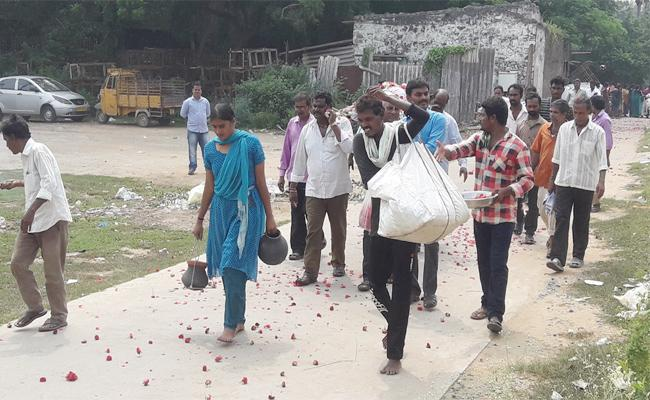 Daughter Compleats Father Funeral Programme In Guntur - Sakshi