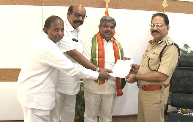 Telangana Congress Leaders Met DGP Over Security - Sakshi