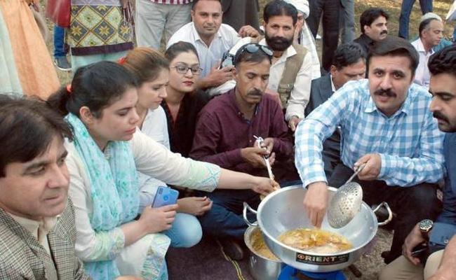 Journalist Follows Modi Manta In Pakistan Make Pakoras Protest Against PTI Govt - Sakshi