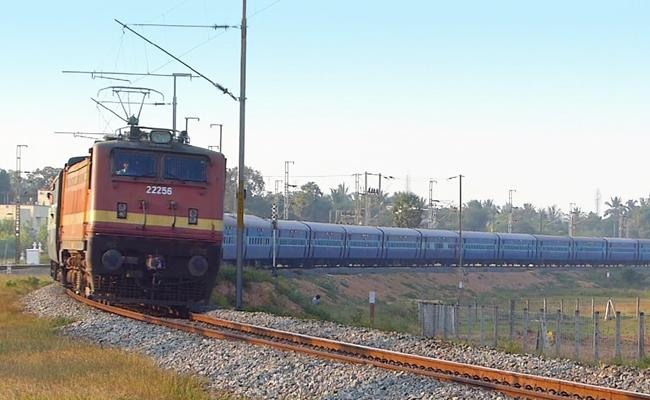 Bomb Threat On Tamil Nadu Express Train - Sakshi