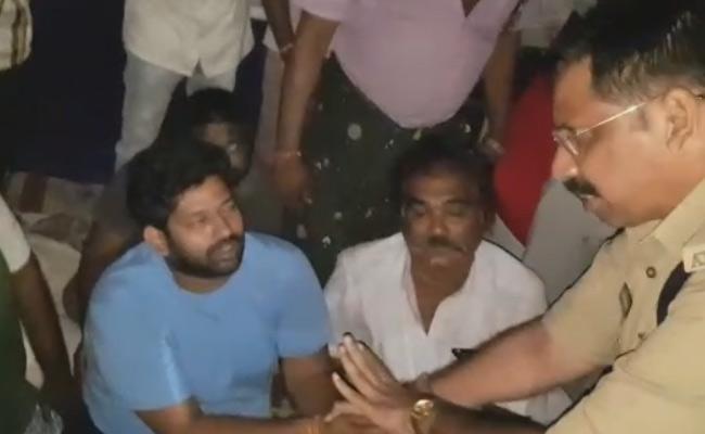 Obstacle To Jakkampudi Raja Hunger Strike In Rajamundry - Sakshi