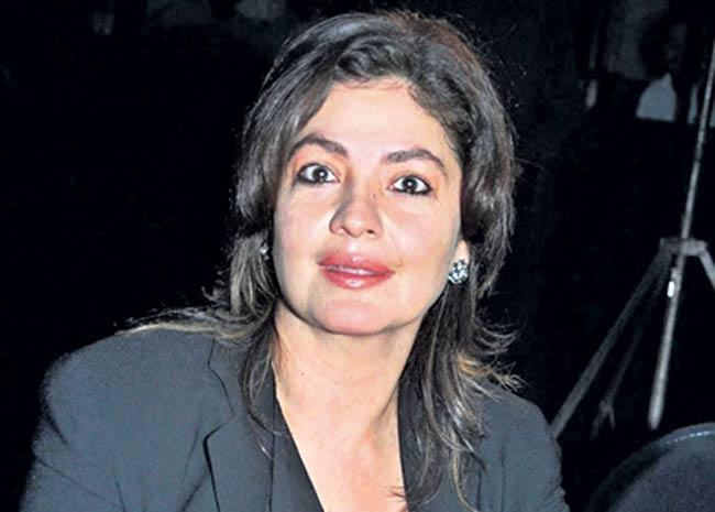 POOJA BHATT REVEALS ONCE A MALE FRIEND GRABBED HER BREAST AT AIRPORT - Sakshi