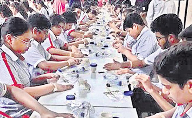 550 Lucknow Students Set Guinness Record - Sakshi