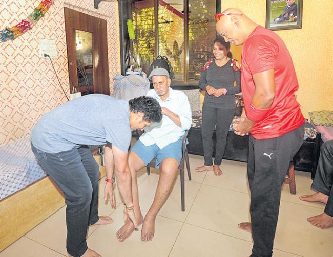 Sachin Tendulkar, Vinod Kambli seek coach Ramakant Achrekar blessings ahead of TMGA camp - Sakshi
