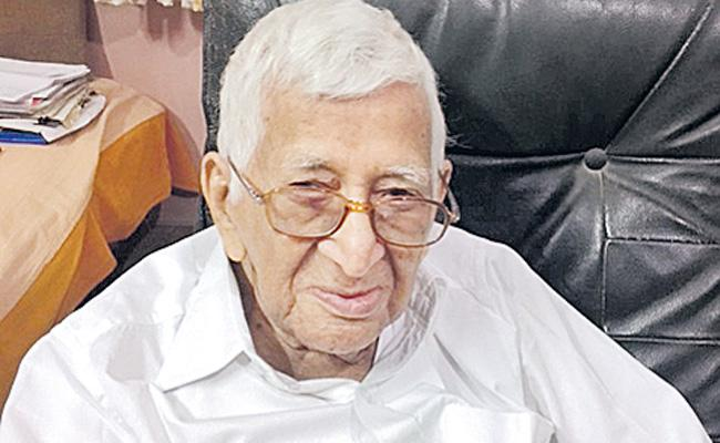 Gollapudi Maruti Rao Write Story On His Experience With IAS Officers - Sakshi