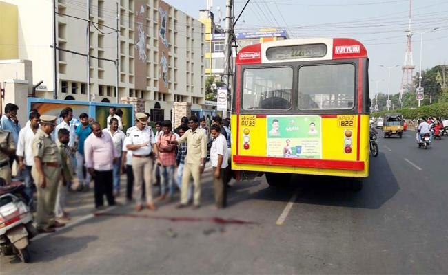 People Injured In Bus Accident Krishna - Sakshi