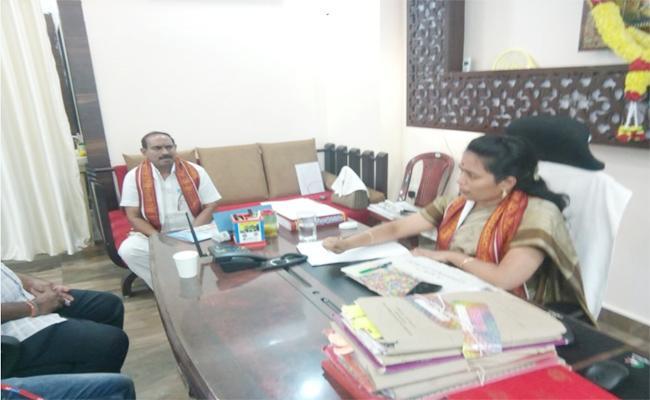 Conflicts Between Durga Temple Eo Koteswaramma And Staff - Sakshi