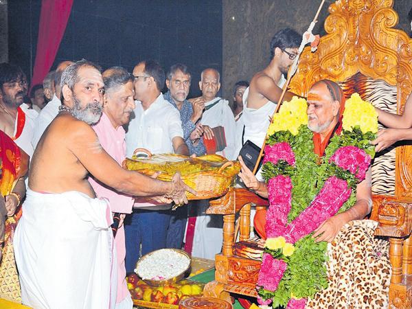 Strong leader have to be the Chief Minister says Swaroopanandendra Saraswati Swaroopanandendra Saraswati Swami - Sakshi