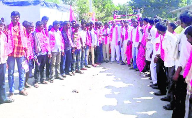 TRS Candidate Praises About KCR Development In Canvass - Sakshi