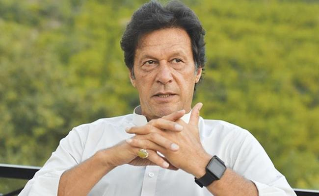 Imran Khan Says Who Doesnt Take Timely U Turns Not Become Real Leader - Sakshi