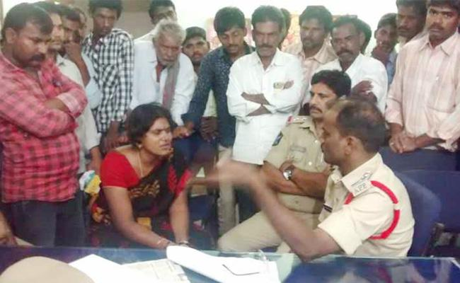 Man Cheating in Anantapur With Money Business - Sakshi