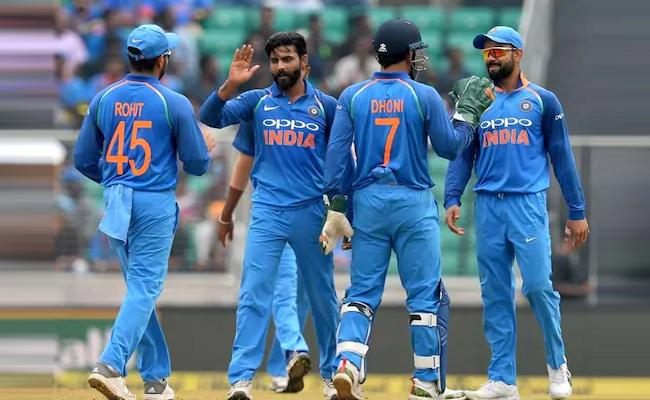 Jadeja Convinces MS Dhoni And Virat Kohli To Take DRS Review - Sakshi