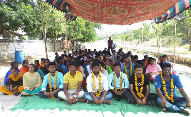Students Fasting  In Telangana University - Sakshi