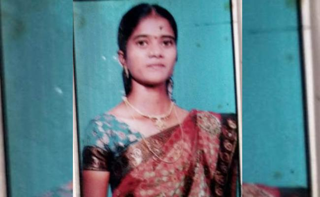 Married Woman Commits Suicide In Anantapur - Sakshi