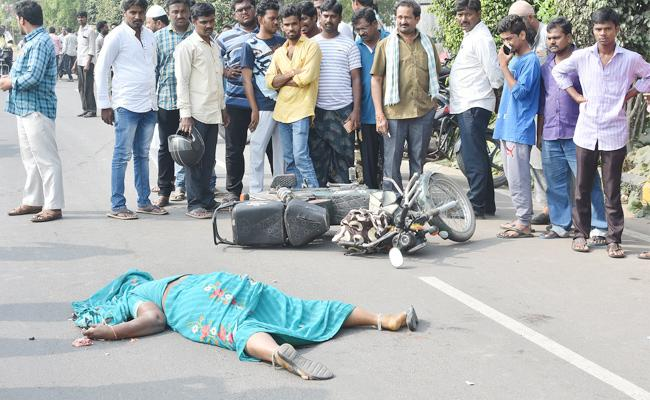 Woman Died In Bus Accident Guntur - Sakshi