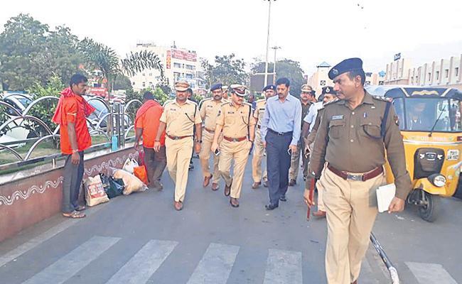 Hyderabad Police Eye On Railway Stations - Sakshi