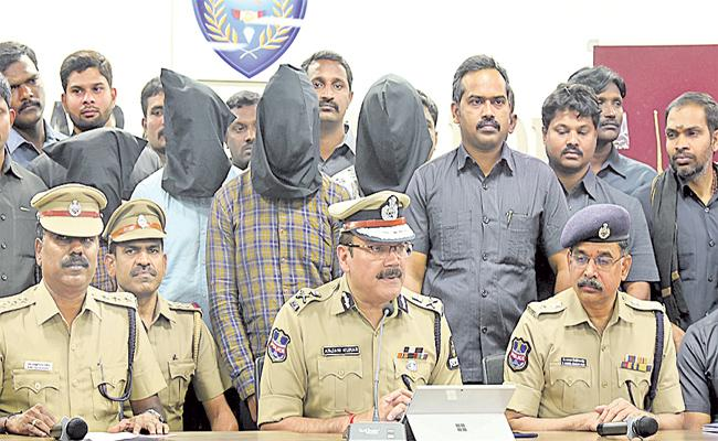 Gold And Jewellery Robbery Gang Arrest in Hyderabad - Sakshi