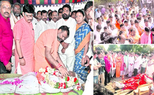 Swamy Paripoornananda In Priest Satyanarayana Sharma Funerals In Warangal - Sakshi