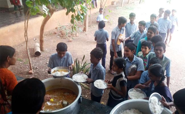 Egg Suplies Stops In Midday meals Scheme Kurnool - Sakshi