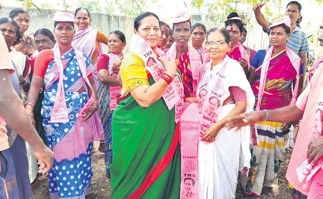 TRS Candidate Mahesh Reddy Mother Election Campaign In Rangareddy District - Sakshi