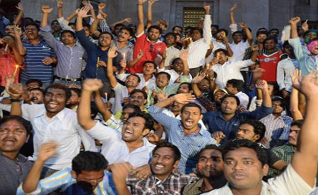 Andhra Pradesh Students Fights For Employment - Sakshi